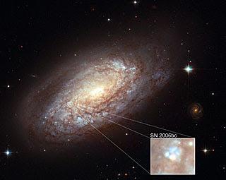 Galaxia NGC 2397 con supernova SN 2006bc