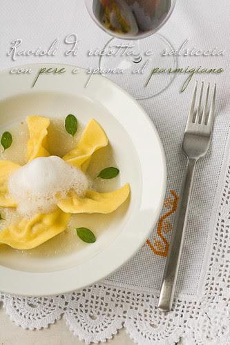 Ravioli di ricotta e salsiccia con salsa di pere e spuma al parmigiano