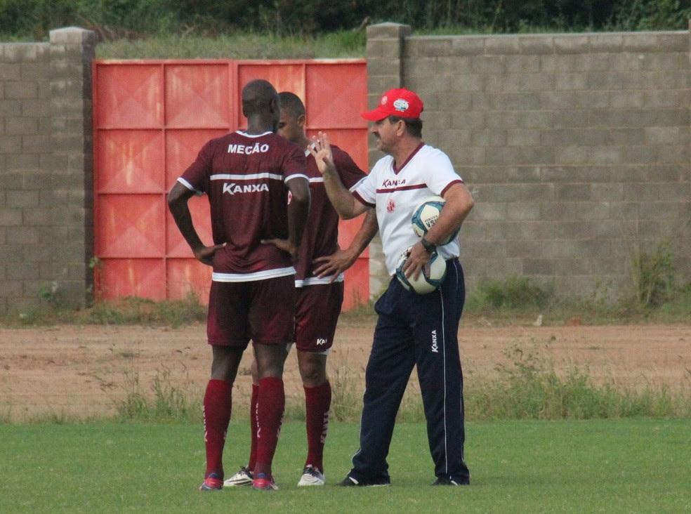 Leandro Campos conversa com Paulão e Cleyton, que devem ser titulares para a estreia na Série D (Foto: Canindé Pereira/ América FC)