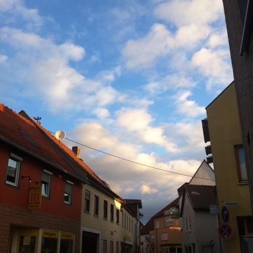 Gün dogmaya başladı evlerin ardından. Der Tag zeigt sich hinter den Dächern.