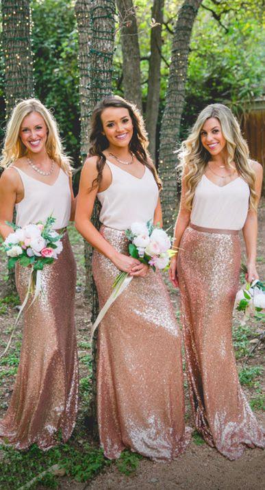 Brautjungfern in weißen tops und Kupfer Pailletten maxi Röcke suchen glam und chic