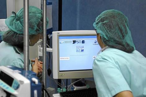 Dos enfermeras miran un monitor en el Hospital de Torrevieja.   El Mundo