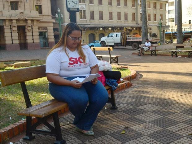 Nahla Camila Santos lê a sentença que a indeniza por dano morais em Ribeirão Preto, SP (Foto: Adriano Oliveira/G1)