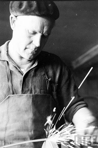 Fábrica de espadas, damasquinado y armaduras de Toledo en 1965. Fotografía de Carlo Bavagnoli. Revista Life (6)