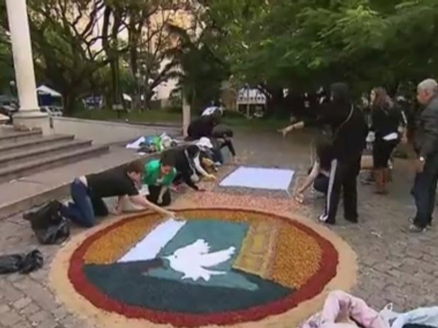 Tapete montado em frente à paróquia de Belo Horizonte, em MG (Foto: Reprodução)