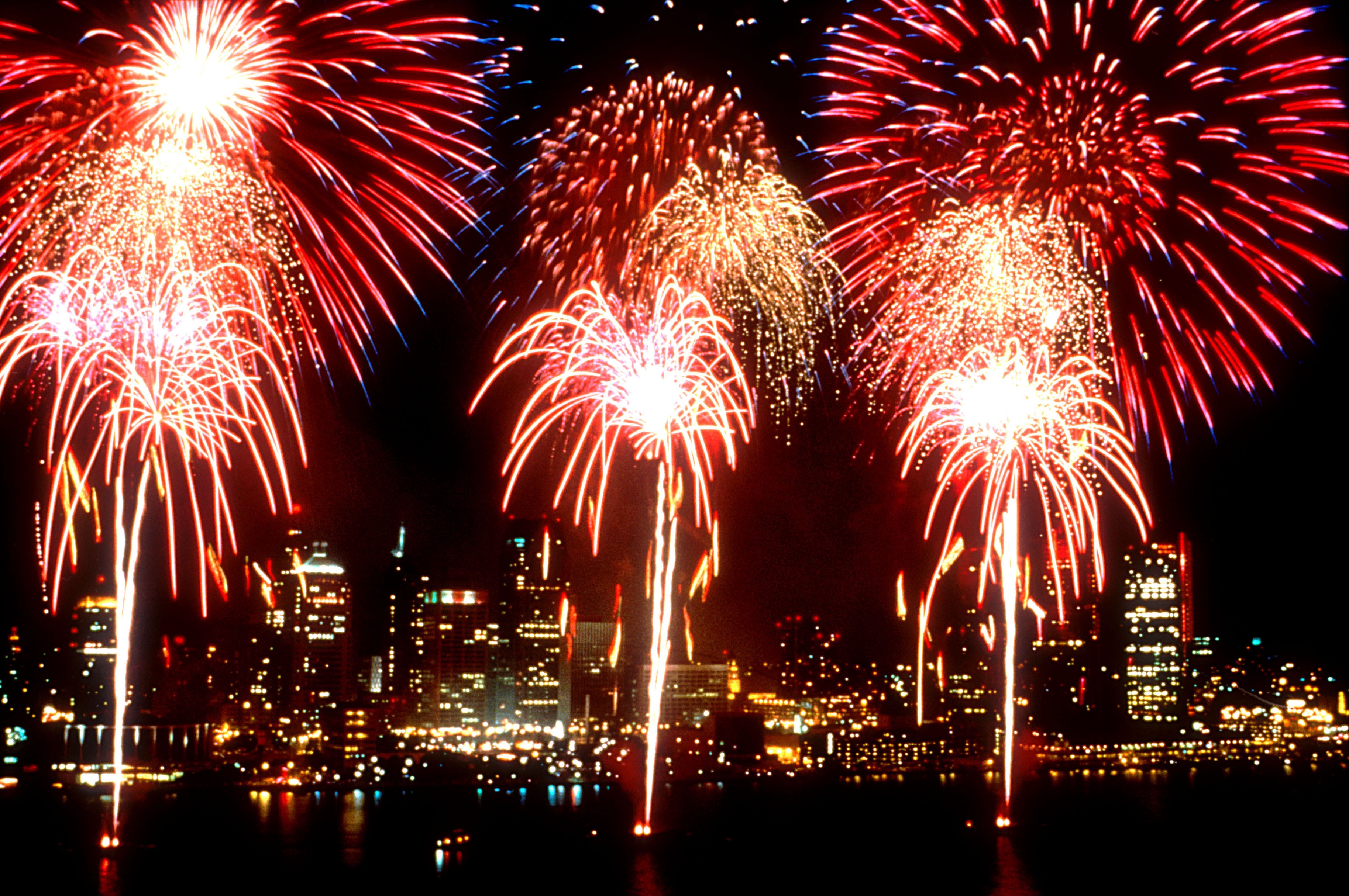 http://upload.wikimedia.org/wikipedia/commons/7/7f/Fireworks_DetroitWindsorIntlFreedomFest.jpg