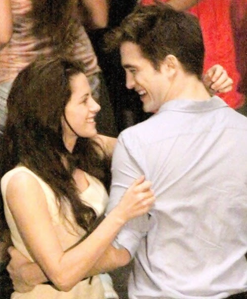 aaaaaaaaaaawwww don't tell me that they are dancing.:') OMGGGGGGGGGG how extremely cuuuuuute :') ahhhhh robsten :')They are the cutest couple :')