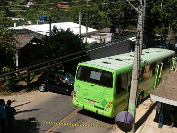 Motorista se fere em acidente entre carro e ônibus em São José, SP (Foto: Juliana Vieira Barreto de Souza/ Vanguarda Repórter)
