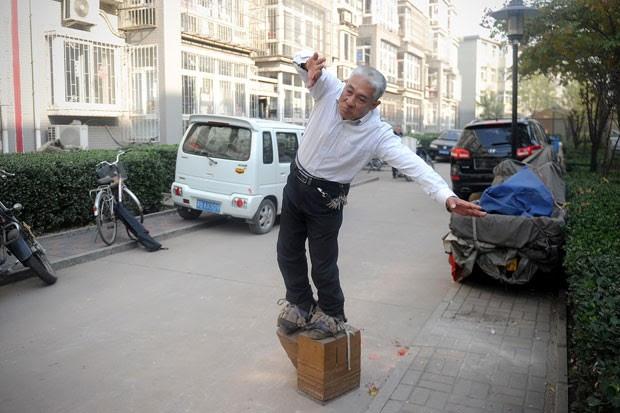 Zhang Fuxing se exercita com sapatos de 400 kg (Foto: Wang Zhao/AFP)