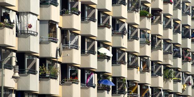 Balkone eines Mehrfamilienhauses reihen sich aneinander