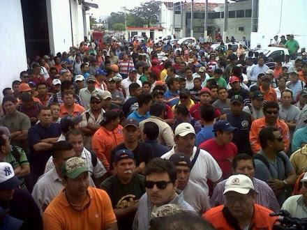 Trabajadores de Oceanografía bloquean la entrada al puerto. Foto: Especial