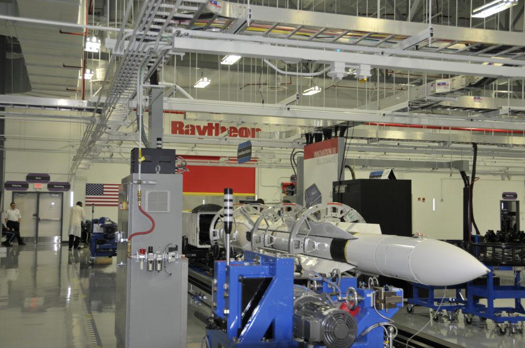 Un misil SM-6 se carga en un contenedor especializado en la Instalación de Integración de Misiles Redstone de Raytheon para ser entregado a la Marina de los Estados Unidos
