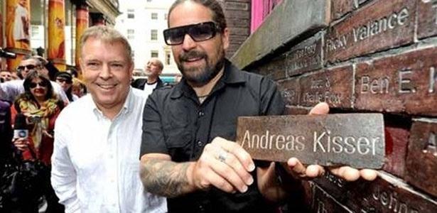 Guitarrista do Sepultura ganhou tijolo no Muro da Fama nesta sexta-feira (24/8/2012)