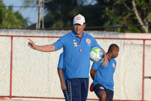 O técnico Roberto Fernandes, que já brilhou no clube mas foi rebaixado em 2014 tem a confiança da torcida e dos dirigentes