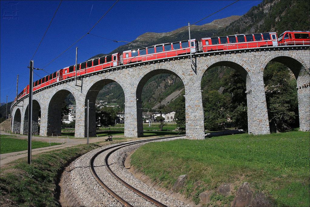 Viaduto ferroviário em espiral Brusio na Suíça 07