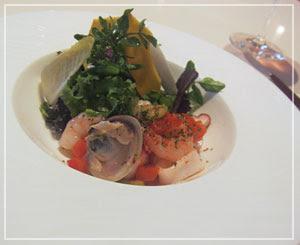 「LES ROSIERS EGUZKILORE」にて、母の前菜、魚介のサラダ。