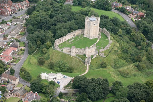 File: Veduta aerea di Conisbrough Castle - geograph.org.uk - 639358.jpg