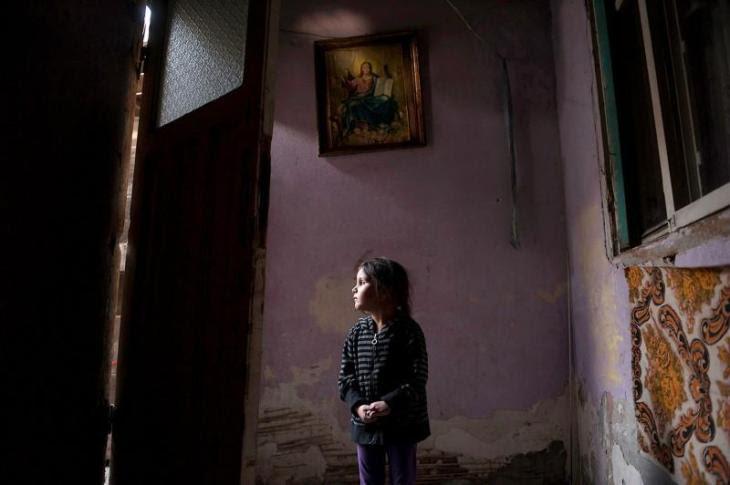 Η τετράχρονη Μαρία Τουντόρ κοιτάει έξω από την πόρτα του σπιτιού της στο Βουκουρέστι της Ρουμανίας. Η ίδια αντιμετωπίζει πολλές δυσκολίες καθώς κινδυνεύει να βρεθεί στον δρόμο με την οικογένεια της λόγω χρεών. Πρόσφατα ο πατέρας της εγχειρίστηκε και δεν θα μπορέσει να δουλέψει ξανά. Το δωμάτιο στο οποίο ζουν δεν έχει τουαλέτα και τρεχούμενο νερό.