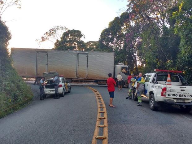 Caminhão trava trecho de serra da Oswaldo Cruz em Ubatuba, SP (Foto: Divulgação/ Polícia Rodoviária Estadual)