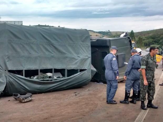 Caminhão com militares tombou e deixou vítimas na Fernão Dias (Foto: Polícia Rodoviária Federal)