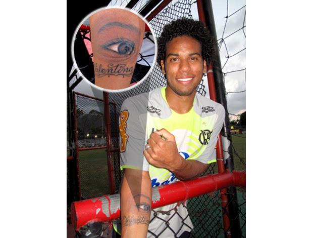 Fernando mostra tatuagem para a filha Valentina. Flamengo