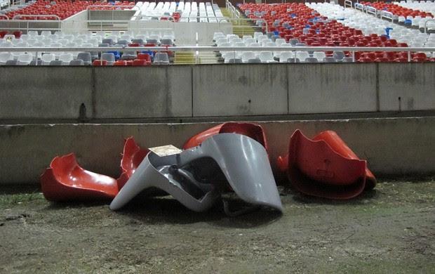 Cadeiras quebradas Engenhão (Foto: Gustavo Rotstein / Globoesporte.com)