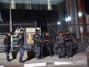 Policiais se reuniram no Ministério Público Estadual (Foto: Letícia Bucker/G1)