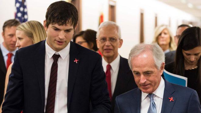 Ashton Kutcher com Bob Corker, presidente do Comitê de Relações Exteriores do Senado, para uma audiência sobre Ending Modern Slavery em Washington DC, 15 de fevereiro de 2017