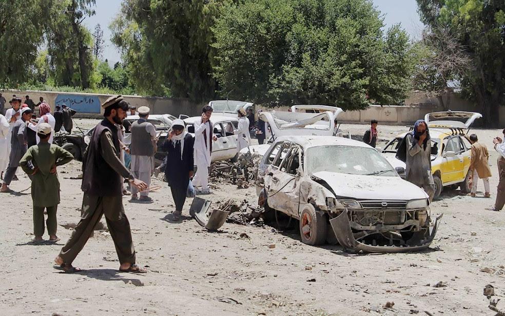 Moradores afegãos se reúnem em local que carro-bomba atacou uma força de milícias pró-governo financiadas pela CIA, nesta sábado (27), no Afeganistão (Foto: Farid Zahir/AFP)