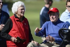 El expresidente George H. W. Bush (d) y su esposa, Barbara Bush (i). EFE/Archivo