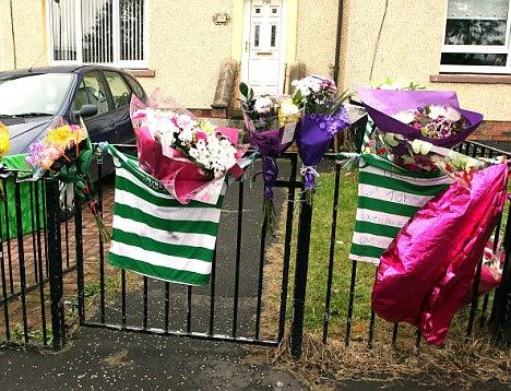 Αφιερώματα: Τα μπαλόνια και τα λουλούδια τοποθετούνται έξω από το σπίτι Tabatha McCourt, τους φίλους, δήλωσε ο 17-year-old είχαν μια ακραία αντίδραση σε προϊόντα βαφής μαλλιών