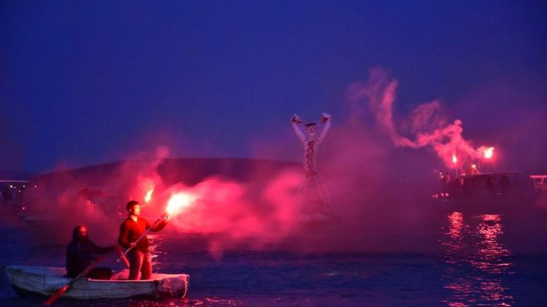 Ομοίωμα του Ιούδα καίγεται στη θάλασσα από αλιείς γνωστού θερέτρου της Αργολίδας, στο Τολό του Δήμου Ναυπλιέων, Κυριακή του περυσινού  Πάσχα 16 Απριλίου 2017. ΑΠΕ-ΜΠΕ, ΕΥΑΓΓΕΛΟΣ ΜΠΟΥΓΙΩΤΗΣ