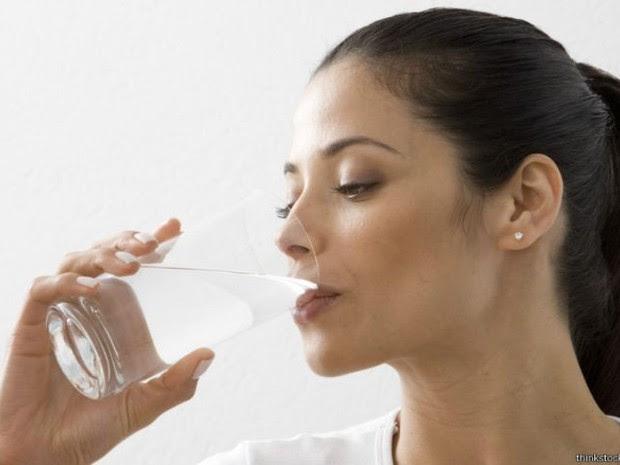 A água fornece nutrientes, entre outras coisas, regula a temperatura e lubrifica os olhos e articulações (Foto: Divulgação/Thinkstock)