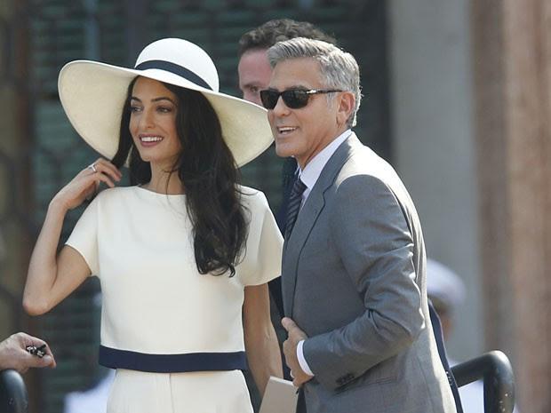 O ator George Clooney e sua mulher, Amal Alamuddin, chegam ao local onde ocorreu seu casamento civil, em Venza, na Itália, nesta segunda-feira (29) (Foto: Luca Bruno/AP)
