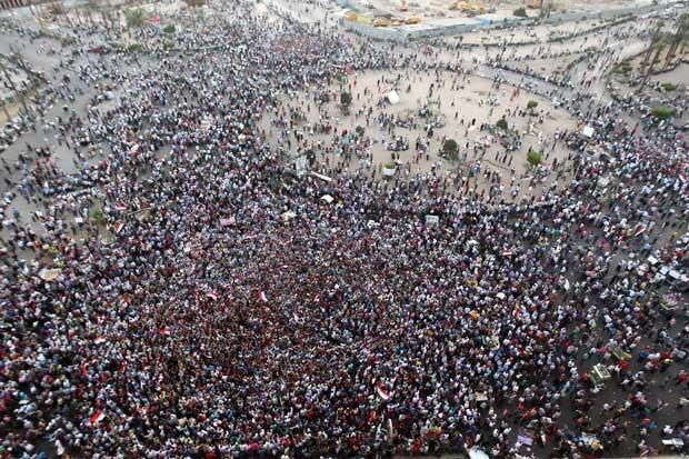 Manifestantes protestam na praça Tahrir, no Cairo. (Foto: Khaled Desouki/AFP)