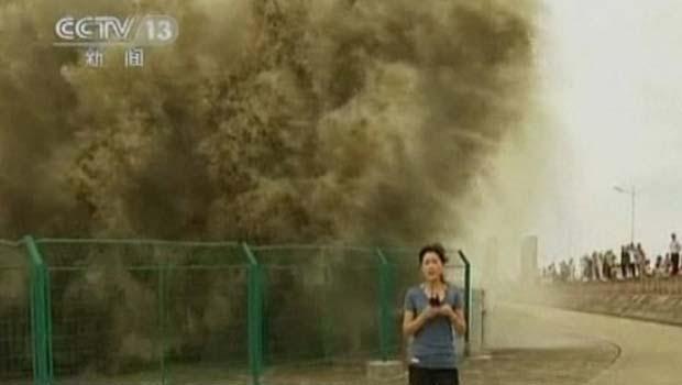 Onda de 20 metros de altura atinge repórter de TV na China (Foto: BBC)