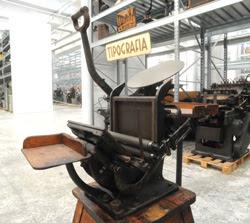 Al Museo dell'Industria e del lavoro di Rodengo Saiano (Brescia) c'è una stampante «modello Boston» che venne costruita nei primi del '900. Era attivata manualmente, con una specie di colpo secco dopo aver inserito il foglio e spalmato l'inchiostro, e veniva utilizzata per i volantini. È identica a quelle che durante l'epopea del West americano servivano per stampare i fogli con l'identikit dei ricercati, i famosi «Wanted». Funziona ancora perfettamente e arriva dalla tipografia Ongarelli di Genova-Nervi, una vecchia azienda che a suo tempo realizzava le carte intestate dei nobili liguri.