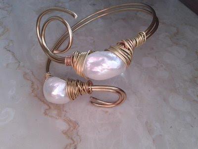bracciale wire grosse perle barocche bianche