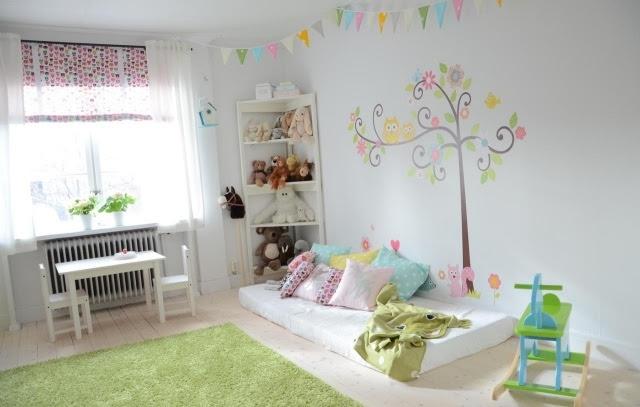 Die Kinderzimmergestaltung erinnert an eine Wiese im Freien