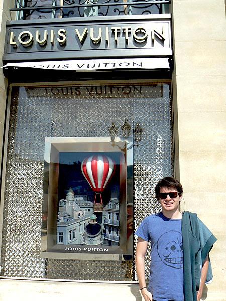 Poser devant Louis Vuitton.jpg