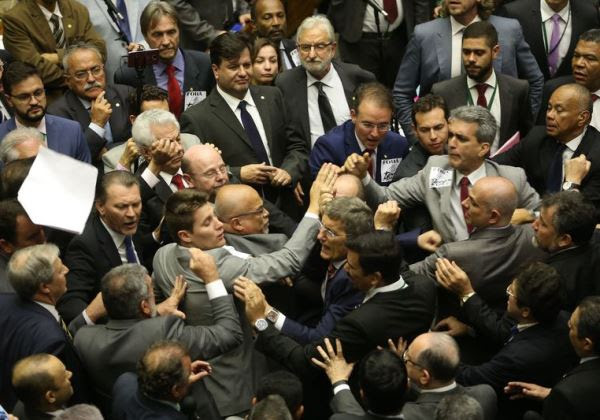 Brasília - Deputados em clima de tensão no plenário durante sessão para votar parecer de denúncia contra Temer (Wilson Dias/Agência Brasil)