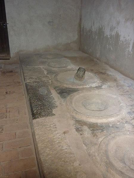 படிமம்:Stone grinder in padmanabapuram palace.jpg