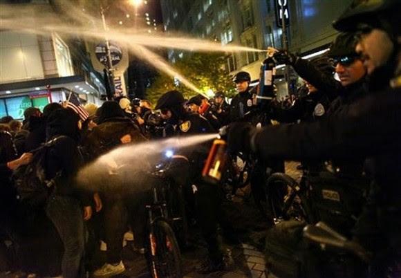 Uso de gas pimienta contra manifestantes el pasado 15 de noviembre en Seattle.