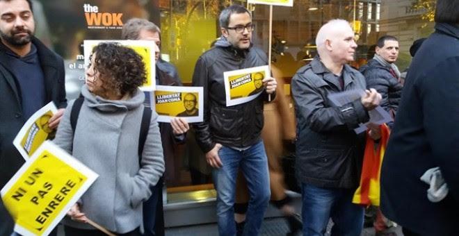Representantes de la CUP y ERC muestran en la Audiencia Nacional su apoyo al concejal de Vic detenido. /EUROPA PRESS