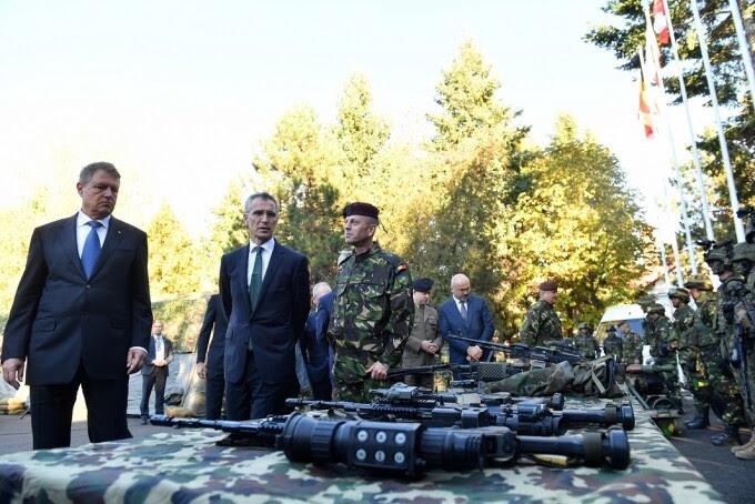 resedintele Klaus Iohannis si secretarul general NATO, Jens Stoltenberg, efectueaza o vizita la comandamentul Brigazii Multinationale NATO Sud-Est (MN BDE) din Craiova.