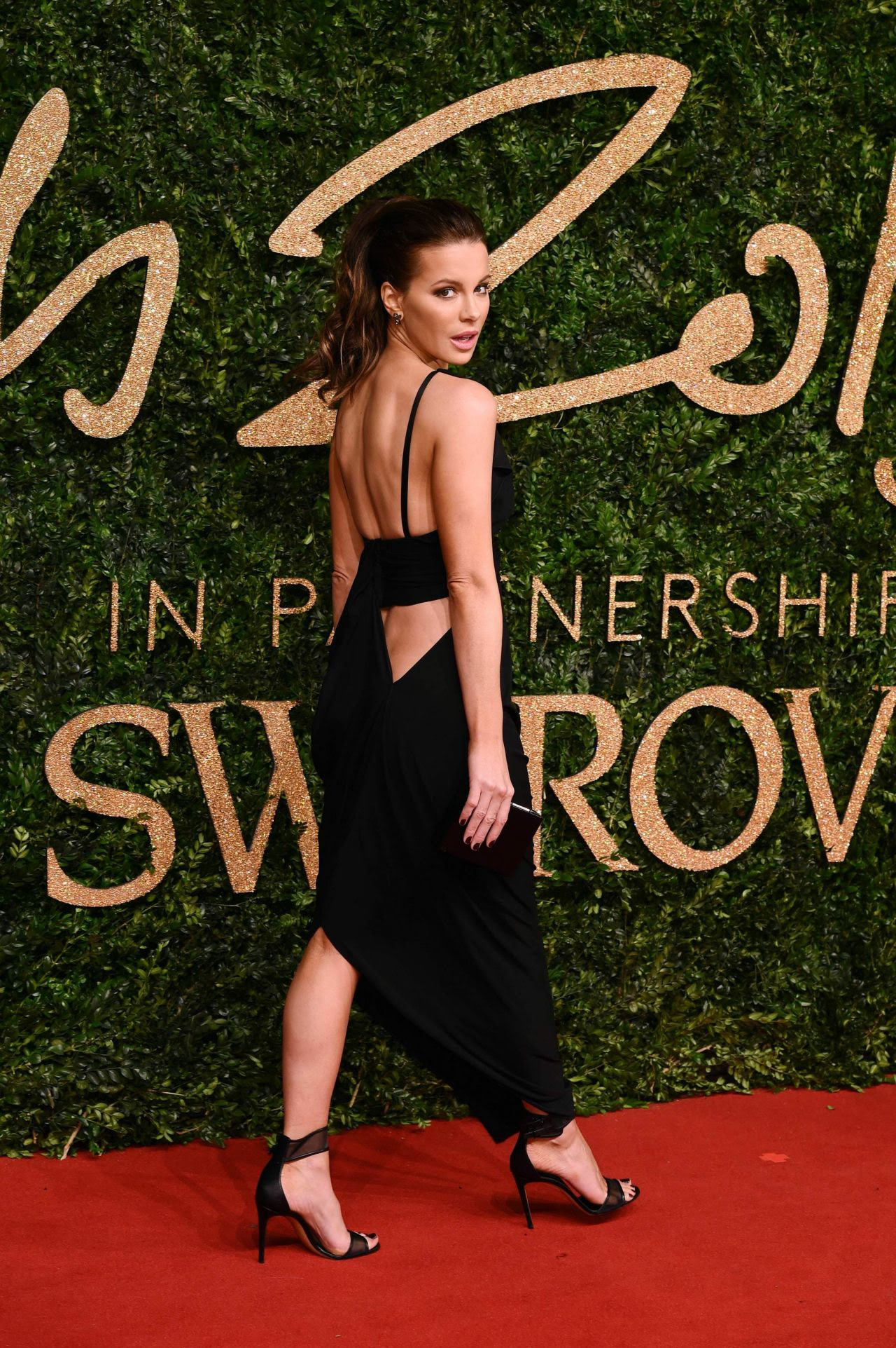 http://celebmafia.com/wp-content/uploads/2015/11/kate-beckinsale-british-fashion-awards-2015-at-london-coliseum_5.jpg