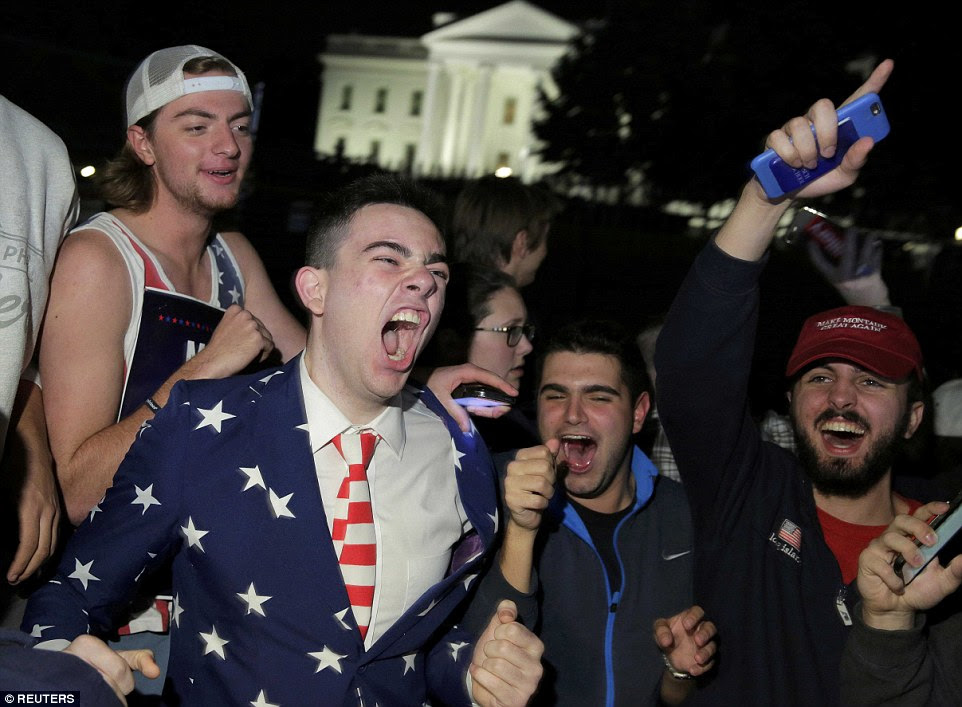Glee: Suportes de US candidato presidencial republicano Donald Trump realizar um comício em frente à Casa Branca, em Washington DC na terça-feira à noite - será a sua casa a partir de Janeiro
