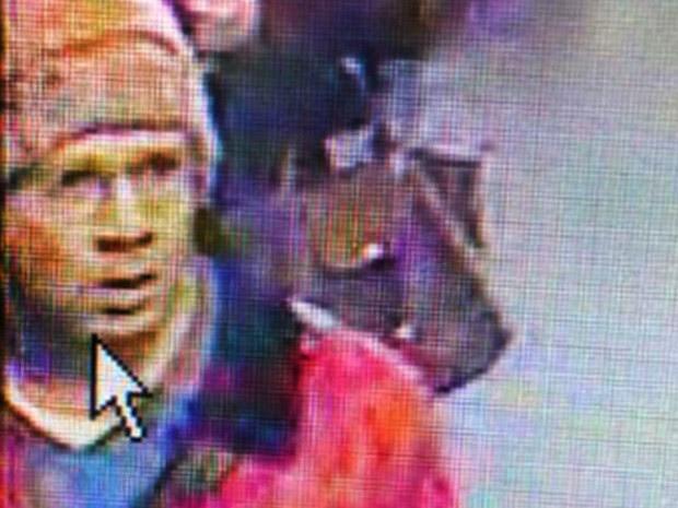 Imagem do suspeito, feita por câmera de segurança na estação Concorde do metrô na segunda-feira, e divulgada nesta terça (19) pela polícia (Foto: AFP)