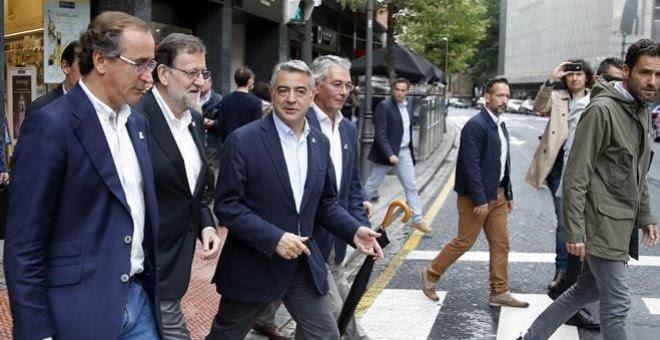 El presidente del Gobierno en funciones, Mariano Rajoy, y el candidato del PP a lehendakari, Alfonso Alonso, se dirigen por las calles de la capital vizcaína a un mitin electoral. EFE/Luis Tejido