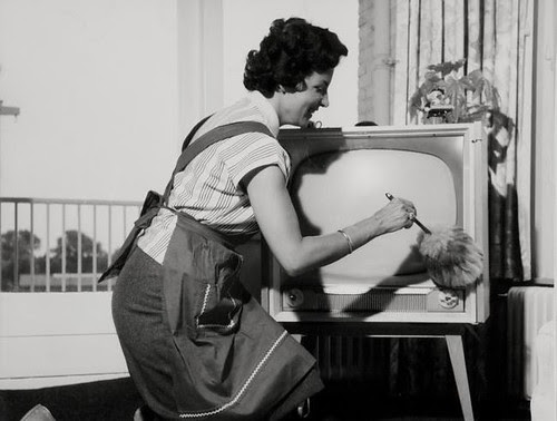 TV stoffen met plumeau / Dusting the television with a feather-brush